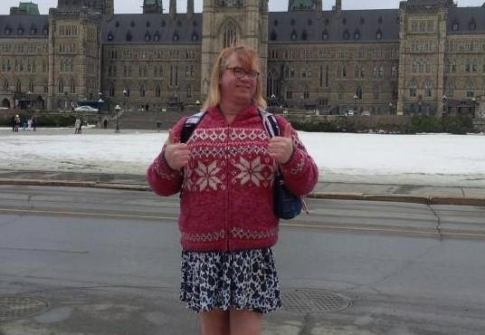 Stefonknee Wolschtt agora vive com uma família adotiva, na pele de uma garotinha de 6 anos