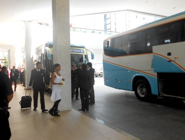fanny neguesha itália deixa o hotel em Salvador (Foto: Raphael Carneiro)