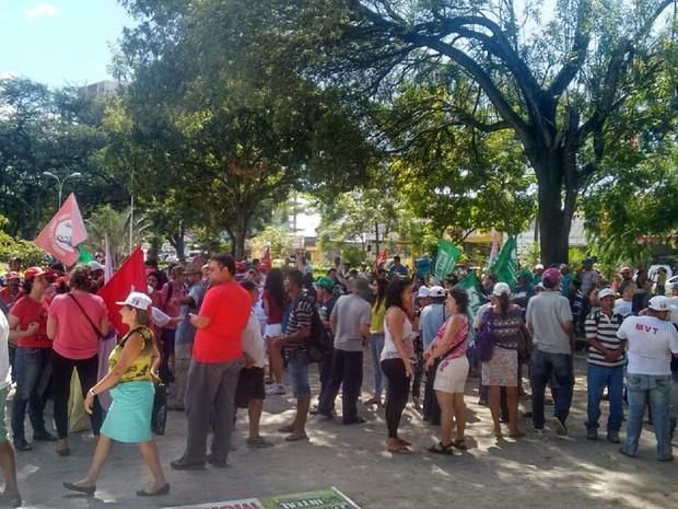 Manifestantes se reuniram na Praça Centenário para sair em caminhada pelas ruas de Maceió (Foto: Marcio Chagas/G1)