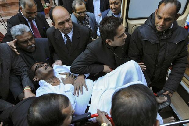 O parlamentar K Narayana Rao é carregado para uma ambulância após desmaiar depois da confusão com spray de pimenta dentro do parlamento indiano em Nova Délhi (Foto: Adnan Abidi/Reuters)