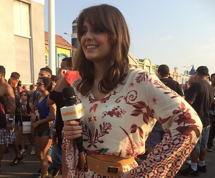 Maria Luiza faz entrevistas na Rock Street (Foto: Tatiana Machado/Gshow)