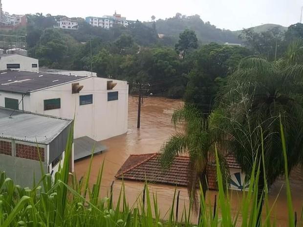 Chuva alagou ruas de Águas da Prata no final da tarde de domingo (Foto: Vc no G1)