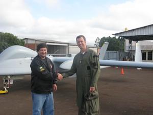 O coordenador do projeto vant da PF, Álvaro Marques, e o coronel Donald Grankow, comandante do Esquadrão Hórus, a tropa da FAB que voa com os drones no Brasil (Foto: Tahiane Stochero/G1)