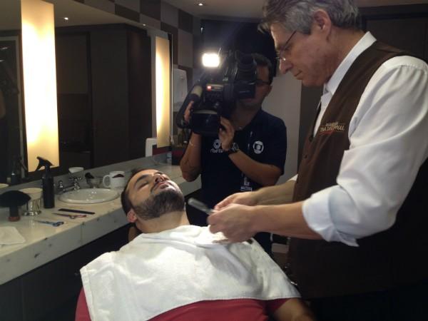 Barbeiro mostra o passo a passo para deixar a barba bem desenhada (Foto: Sonia Campos/RBS TV)