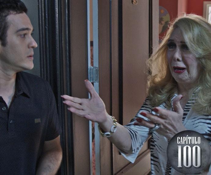 Úrsula abre a porta e vai abraçar a neta, para a surpresa de Norberto (Foto: TV Globo)