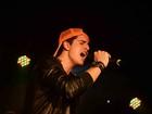 Com os 'pais corujas' na plateia, Enzo Celulari faz sua estreia como cantor