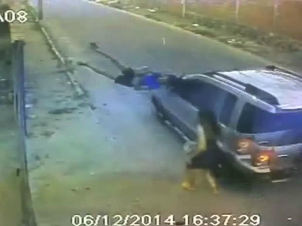 Veículo atropelou mulher e saiu do local sem prestar socorros (Foto: Reprodução)