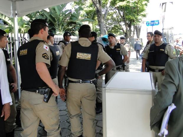 22.nov.2012 - Mais de dez policiais militares cercaram jornalistas e Lúcio Adolfo, após confusão de boato sobre tentativa de suícidio do goleiro (Foto: Cristina Moreno de Castro/G1)