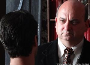 Franz fica impactado com a notícia e resolve procurar Viktor (Foto: Joia Rara/TV Globo)