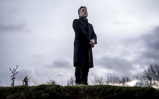 O escritor nipo-britânico Kazuo Ishiguro em Chipping Camden, na Inglaterra, em 2015. Nesta quinta-feira (5), Ishiguro venceu o prêmio Nobel de Literatura (Foto: Andrew Testa/The New York Times)
