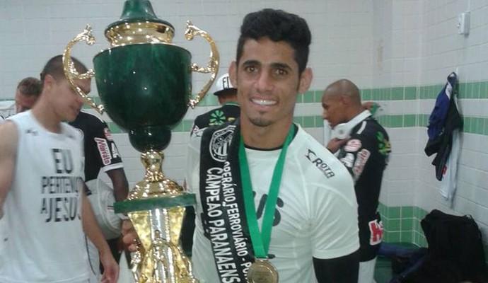 Jhonathan Silva segura o troféu de campeão paranaense (Foto: Arquivo pessoal)