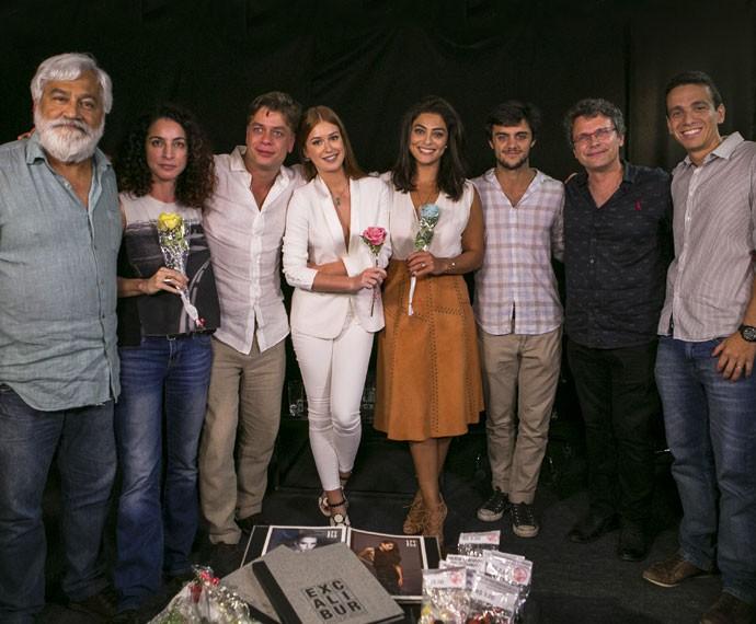 Protagonistas se unem ao diretor Luiz Henrique Rios e os autores Rosane Svartman e Paulo Halm para gravação de webprograma (Foto: Inácio Moraes/Gshow)