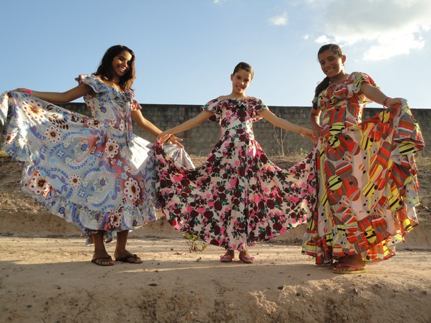 Os vestidos da mulheres no Balandê se caracteriza por vestidos estampados (Foto: Patrícia Andrade)