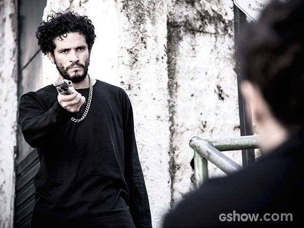 Edu acredita que pode estar sendo traído pelo comparsa (Foto: Raphael Dias / TV Globo)
