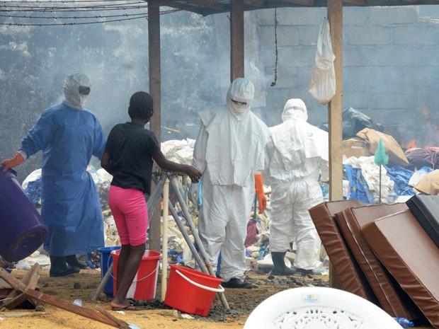 Profissionais da saúde usam roupa especial para queimar ítens infectados no hospital John Fitzgerald Kennedy, em Monróvia, capital da Libéria (Foto: AFP Photo/Dominique Faget)