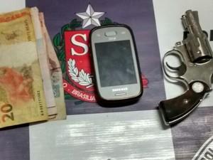 Arma e dinheiro levado de padaria foi encontrado em Vargem Grande do Sul (Foto: Polícia Militar/Divulgação)