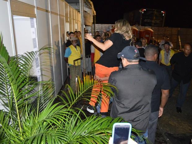 Claudia Leitte em São Lourenço da Mata, Pernambuco (Foto: Felipe Souto Maior/ Ag. News)