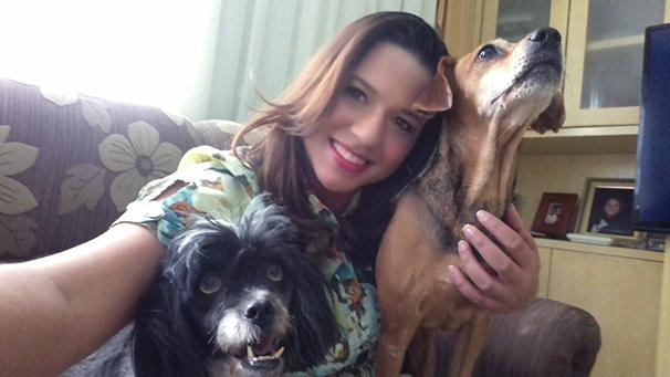 A repórter Katiuscia Reis e suas cachorrinhas Lilithy Lilian e Jade Maria (Foto: Arquivo pessoal)