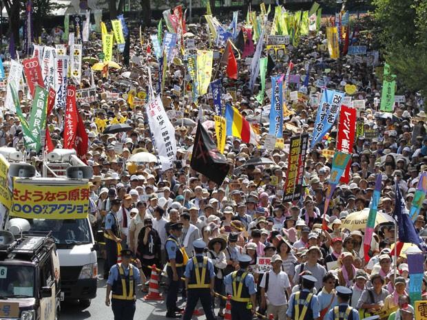 """Dezenas de milhares de pessoas protestaram nesta segunda-feira (16) em Tóquio, no Japão, contra a reabertura de mais um reator nuclear no país. Os manifestantes exigiam um """"sayonara"""" (adeus, em japonês) à energia nuclear japonesa, e expressaram afronta diante de uma afirmação que culpava a cultura japonesa pelo desastre na usina de Fukushima. (Foto: AP Photo/Koji Sasahara)"""