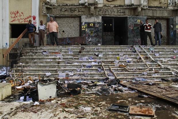 Estragos provocados pelo protesto estudantil nesta quarta-feira (30) na universidade Al-Azhar, no Cairo (Foto: AP)