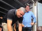 Ronaldo Fenômeno e a namorada distribuem donativos em Búzios