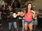 Gracyanne Barbosa usa blusa decotada em ensaio da X9-Paulistana