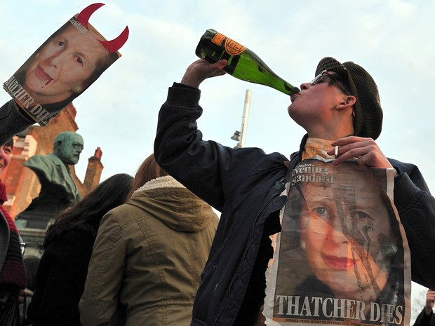 Vinho e fotos de Tatcher durante a celebração em Londres (Foto: Carl Court/AFP)