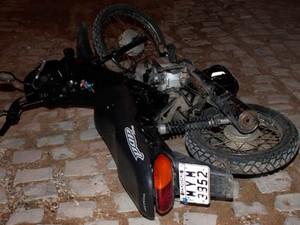 Homem estava na moto quando foi surpreendido por dois suspeitos (Foto: Marcelino Neto)