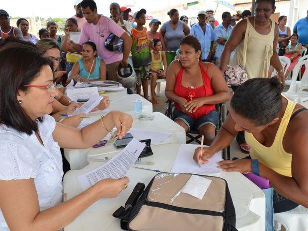 Após surpresa boa, Vandete assina contrato de propriedade do imóvel (Foto: Marina Fontenele/G1)