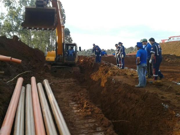 Homens foram soterrados enquanto cavavam vala (Foto: Willian Leal Nunes/Corpo de Bombeiros Militar)