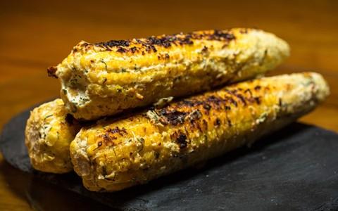 'Milho loko' é feito na brasa e coberto com cream cheese temperado