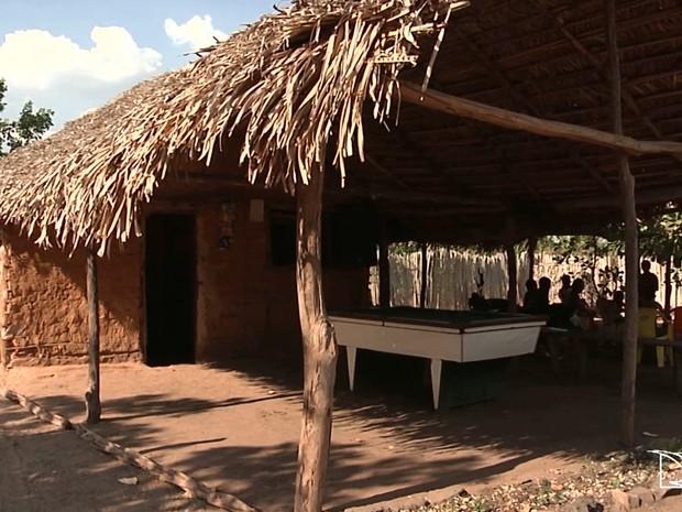 Maioria das pessoas que vivem na zona rural de Caxias possuem casas feitas de palha (Foto: Reprodução/TV Mirante)