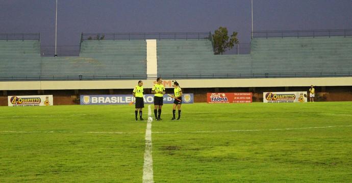 Arbitragem apita jogos na estreia do Estadual Sub-18 (Foto: Cyntia Miranda/GloboEsporte.com)