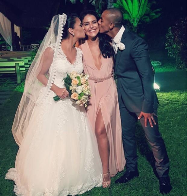 Paloma Bernardi entre os noivos Nathália Porto e Edson Mesquita (Foto: Reprodução/Instagram)