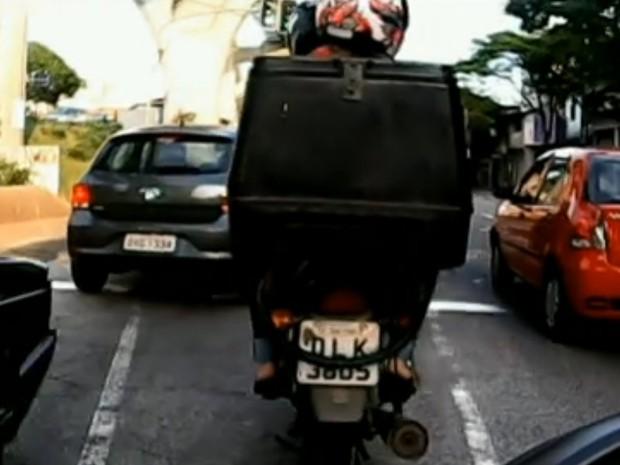 Corrente usada por motociclista para burlar fiscalização (Foto: Reprodução/TV Globo)