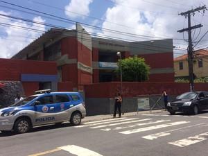 Segundo testemunhas, aluno foi ferido por outro com uma arma (Foto: Henrique Mendes/G1)