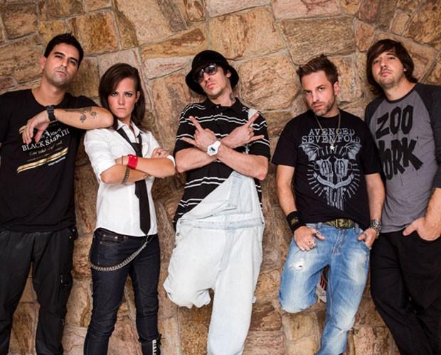 Primeira imagem de divulgação da banda A Banca com a baixista Lena (Foto: TV Globo/Altas Horas)