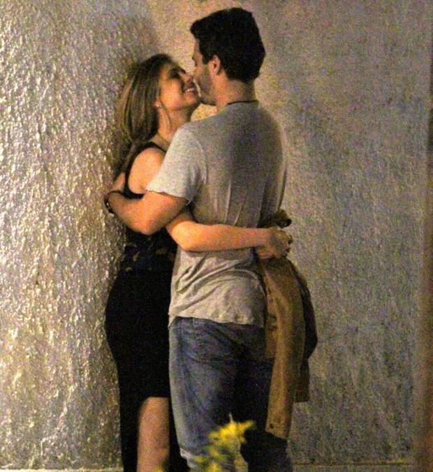 Thiago Rodrigues beijando loira (Foto: AgNews)