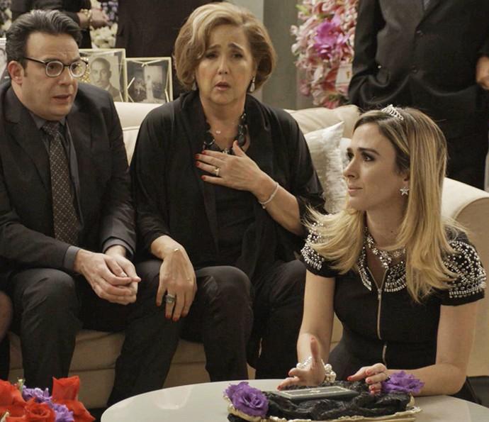 Fedora fica indignada com tamanho do caixão (Foto: TV Globo)