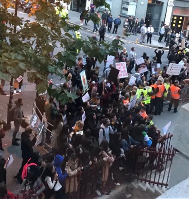 Protesto em frente ao local onde aconteceu o desfile da Burberry na LFW (Foto: Reprodução/Instagram)