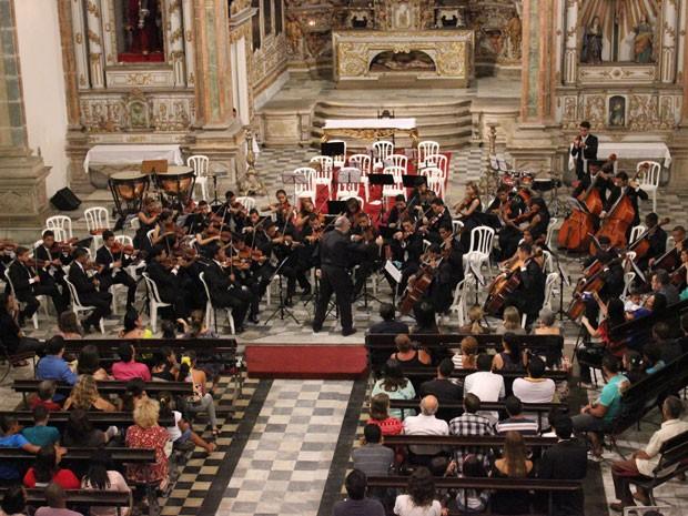 Gustavo Paco rege a Orquestra Criança Cidadã no concerto de aniversário de seis anos, na Igreja da Madre de Deus (Foto: Milton Raulino/ Orquestra Cidadã)