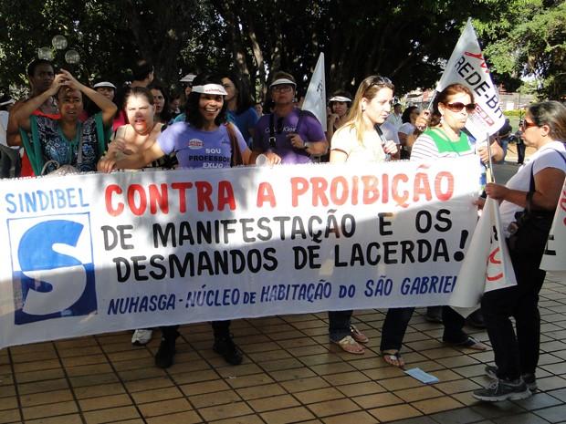 Manifestantes protestaram na comemoração dos 70 anos do Complexo da Pampulha. (Foto: Sara Antunes/G1)