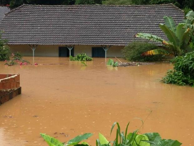 Morador registra situação após enchente em Santa Lepoldina, ES (Foto: Izidoro Storch/ VC no G1)