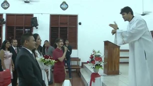 Momento em que seminarista anuncia surpresa para casal de surdos (Foto: Cassio Albuquerque/G1)
