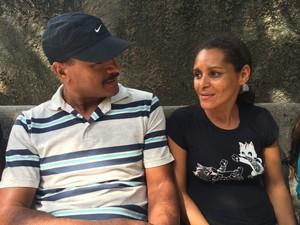 Edson Antônio, 42 anos, e Maria Betânia, 38, aguardam as filhas, que fazem as provas do Enem (Foto: Arline Lins / TV Globo)