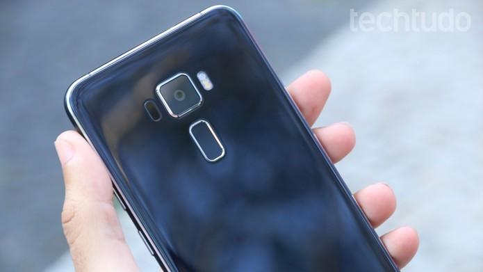 A primeira variação do Zenfone 3 possui tela de 5,2 polegadas (Foto: Ana Marques/TechTudo)