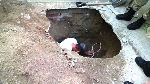 Túnel descoberto pelos agentes estava sendo escavado a partir do solário de um dos pavilhões  (Foto: Divulgação/Polícia Militar)