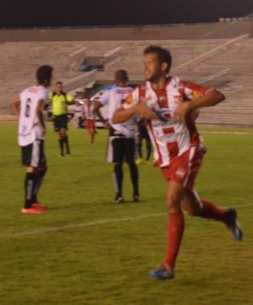 Raphael Freitas fez dois gols na partida, um à favor e outro contra o Auto Esporte (Foto: Hévilla Wanderley / GloboEsporte.com/pb)