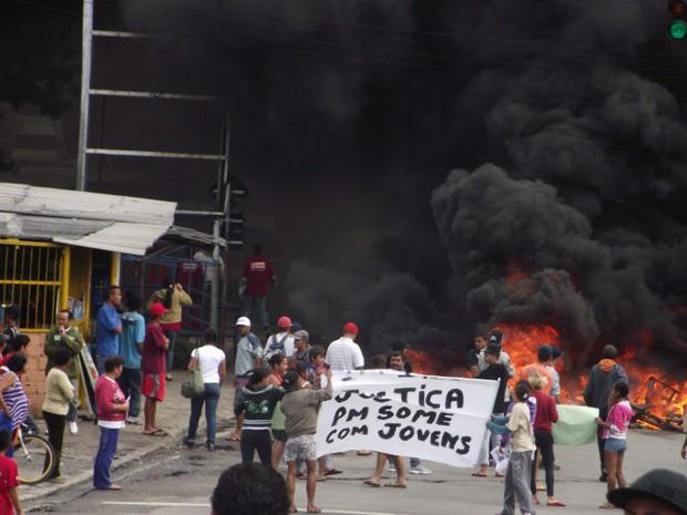 O motivo do protesto é o desaparecimento de dois menores (Foto: Valquiria Silva dos Santos/VC no G1)