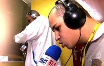 Comentarista cego realiza sonho e vira exemplo de dedicação em rádio